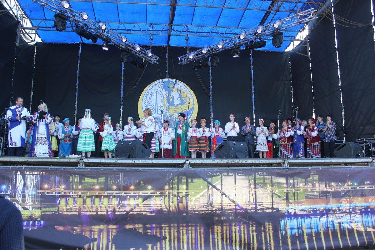 На большой сцене выступили и никопольские коллективы