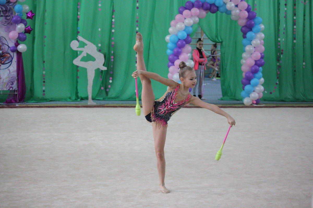 На ковре гимнастки показали отточенное мастерство