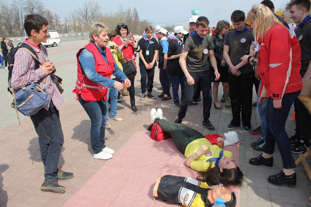 Участники оказывают первую медицинскую помощь пострадавшему