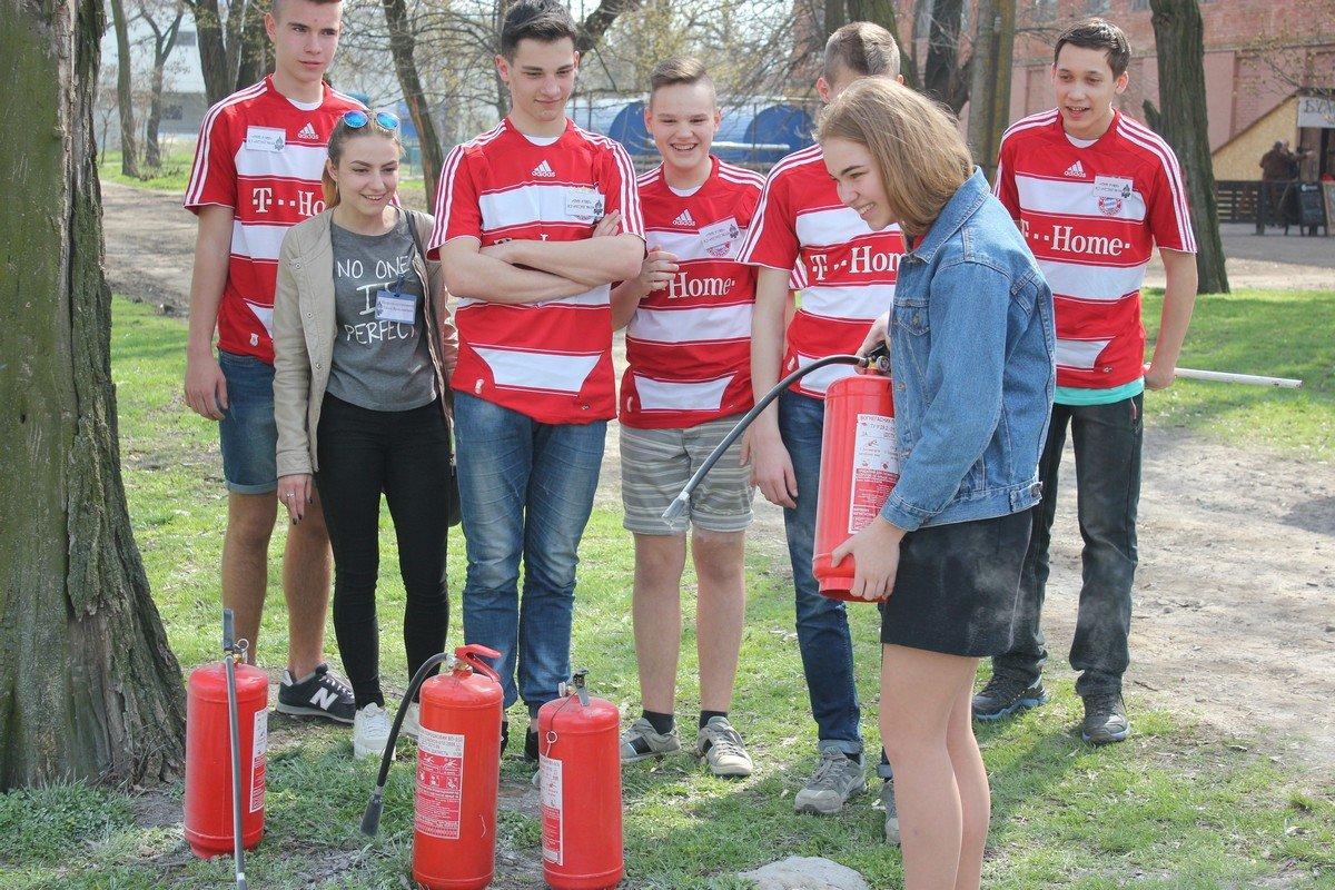 Школьники показали умение пользоваться порошковым огнетушителем