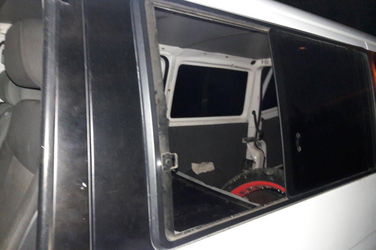 В машину проникли через боковые окна