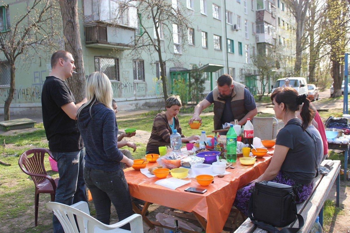 После выполненной работы дружные соседи собрались за общим столом
