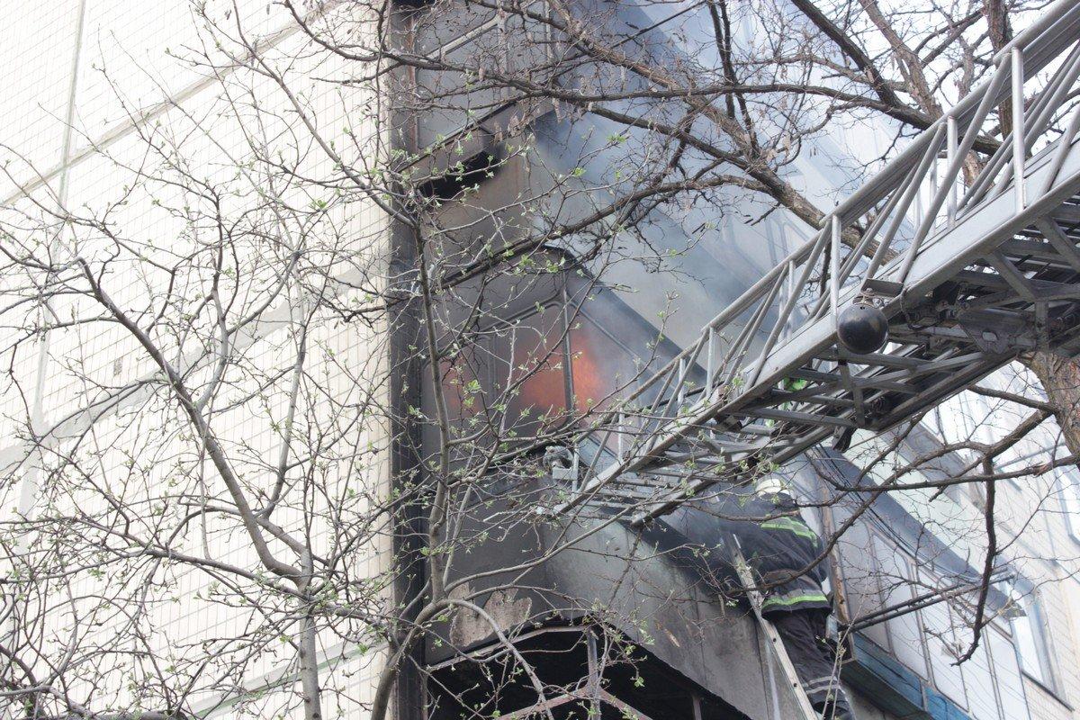 Огонь перекинулся на балкон третьего этажа