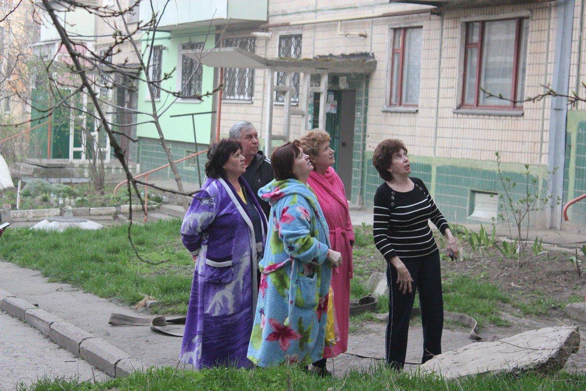 Жильцы вышли на улицу из задымленных квартир