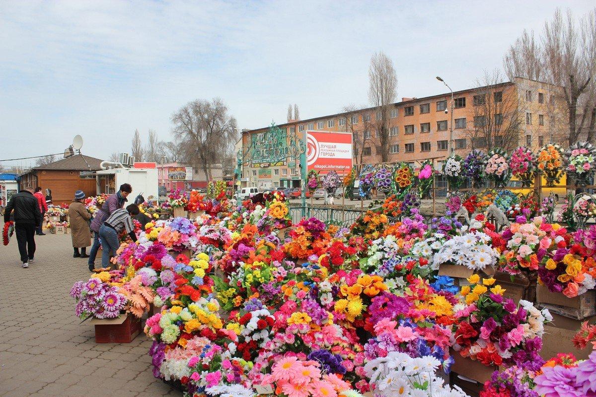 Люди готовятся к поминальным дням и покупают искусственные цветы