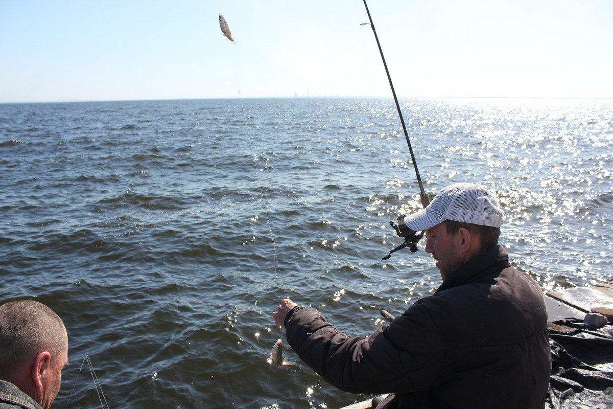 Рыбак Евгений с собственноручно сделанной снастью
