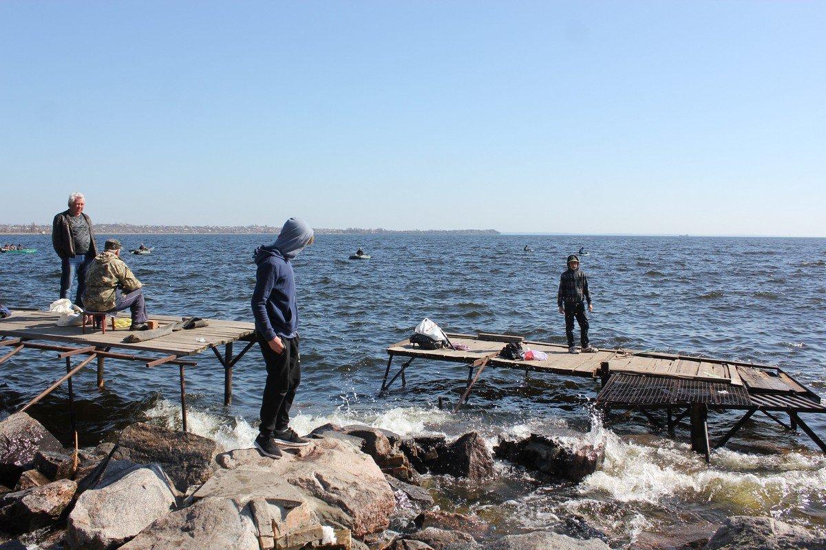 Мальчишки заняты любимым делом - рыбалкой