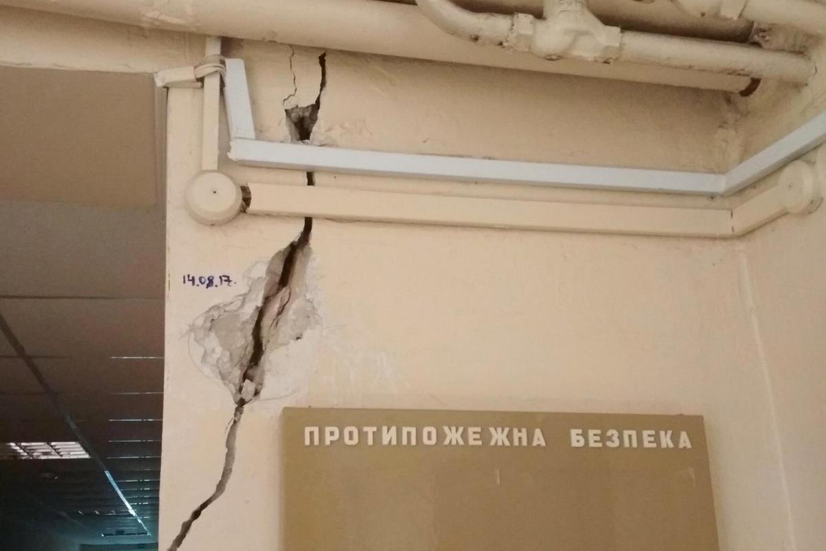 Такие трещины были в здании до ремонта