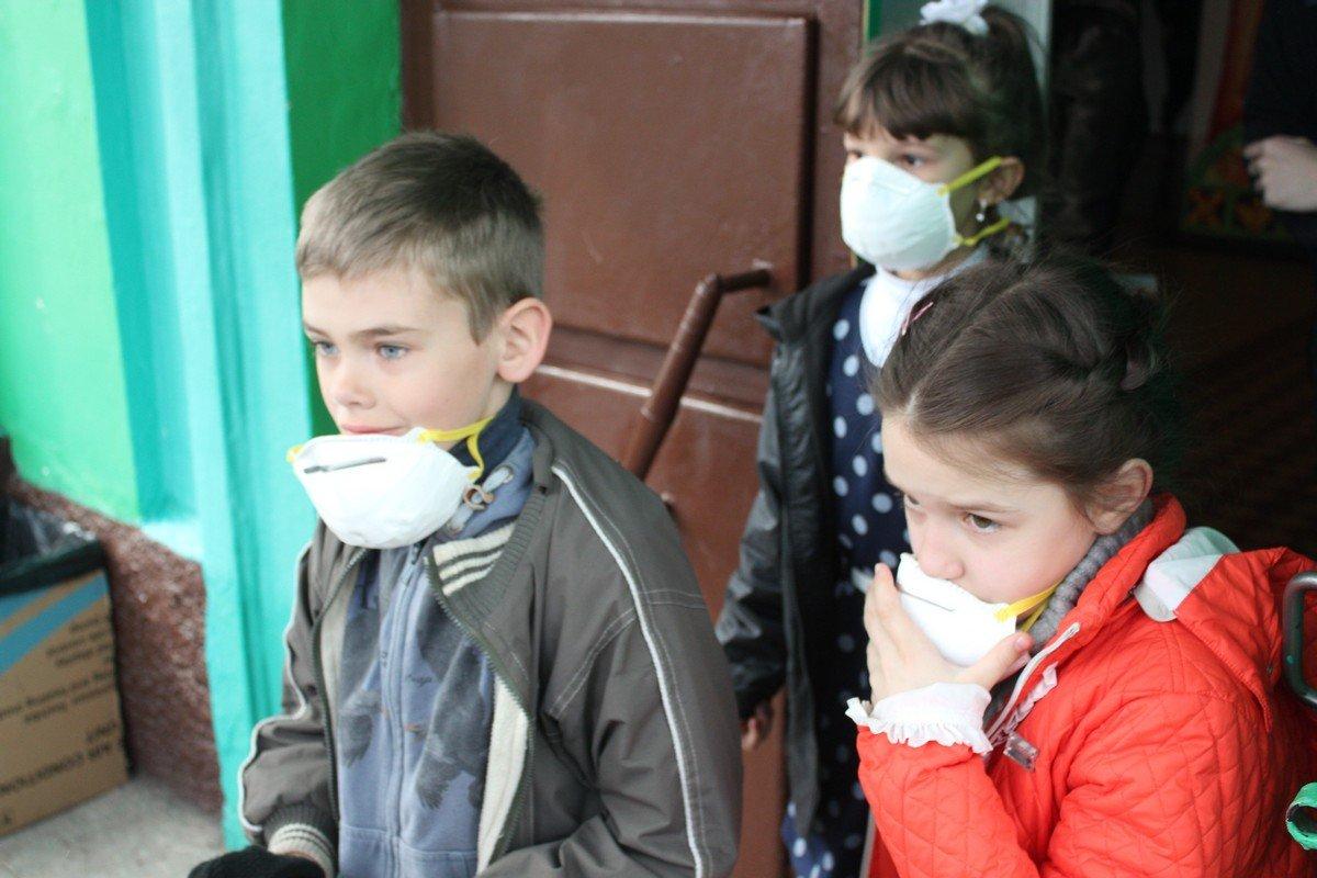 Дети вооружились респираторами