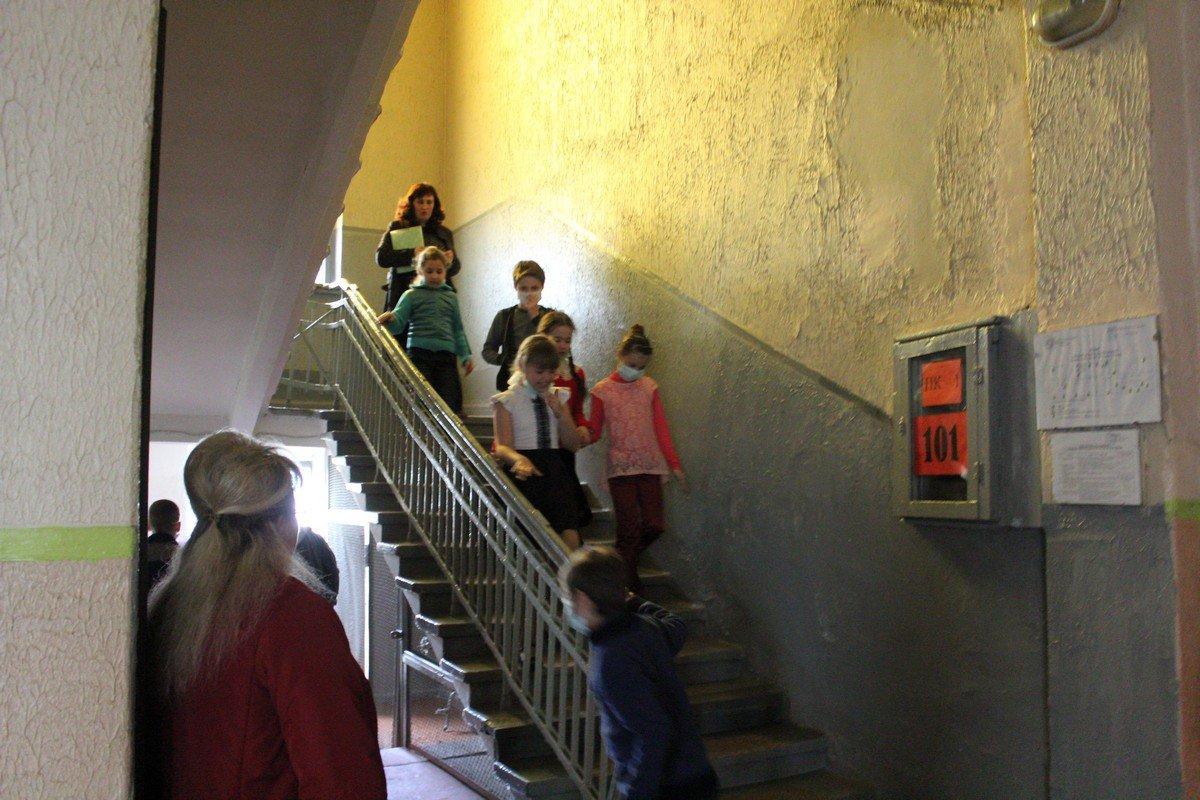 Школьники выходят в сопровождении учителей