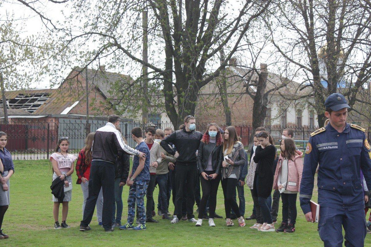 Учеников вывели на спортивную площадку