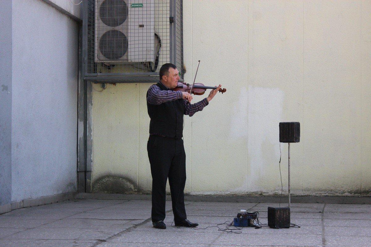 Уличный музыкант порадовал прохожих игрой на скрипке