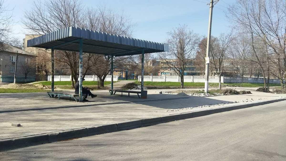 Возле 8-й школы остановка уже с тротуарной плиткой