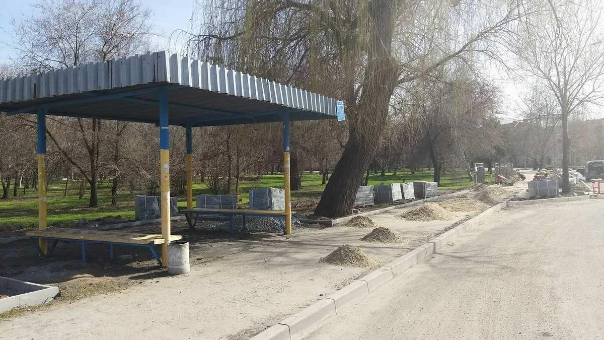 """Автобусная остановка возле парка """"Пушкина"""" тоже скоро будет облагорожена плиткой"""