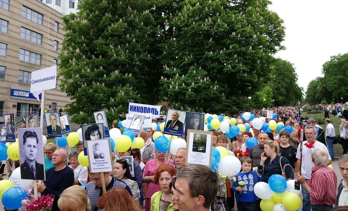Участники митинга несли с собой таблички, воздушные шары и портреты родственников