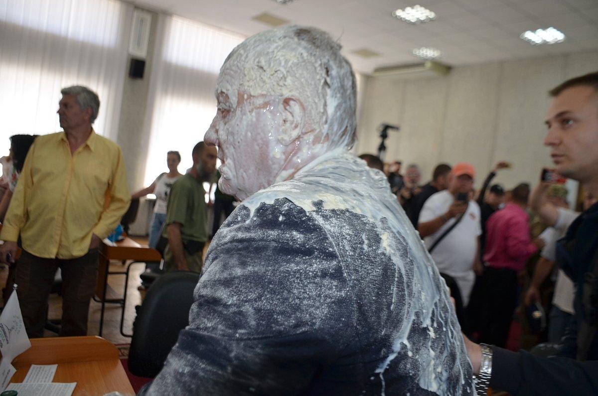 Депутат Рыбаков, облитый кефиром