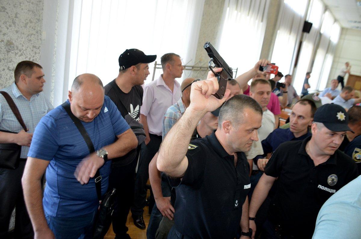 У депутата полиция забрала пистолет