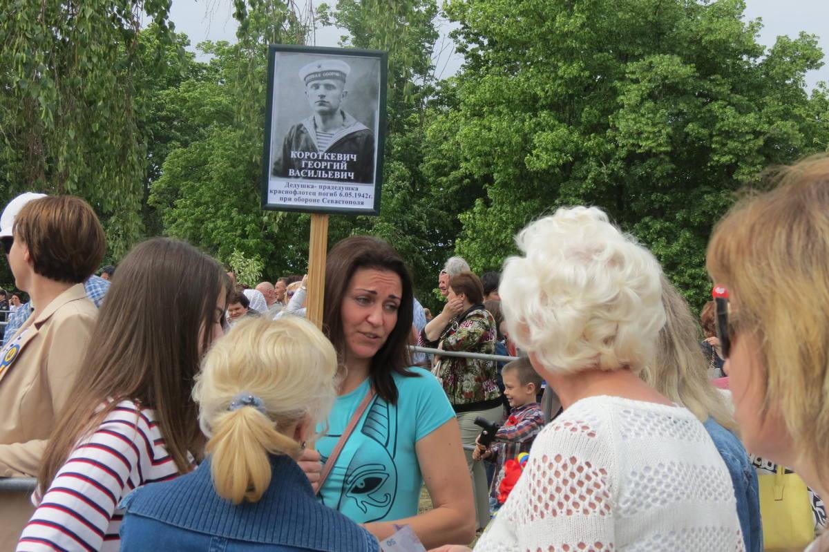 Никопольчане пришли к памятному знаку с фотографиями родственников воевавших за мир