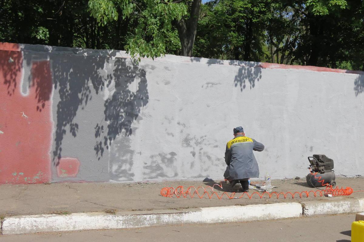 Облагораживают стену