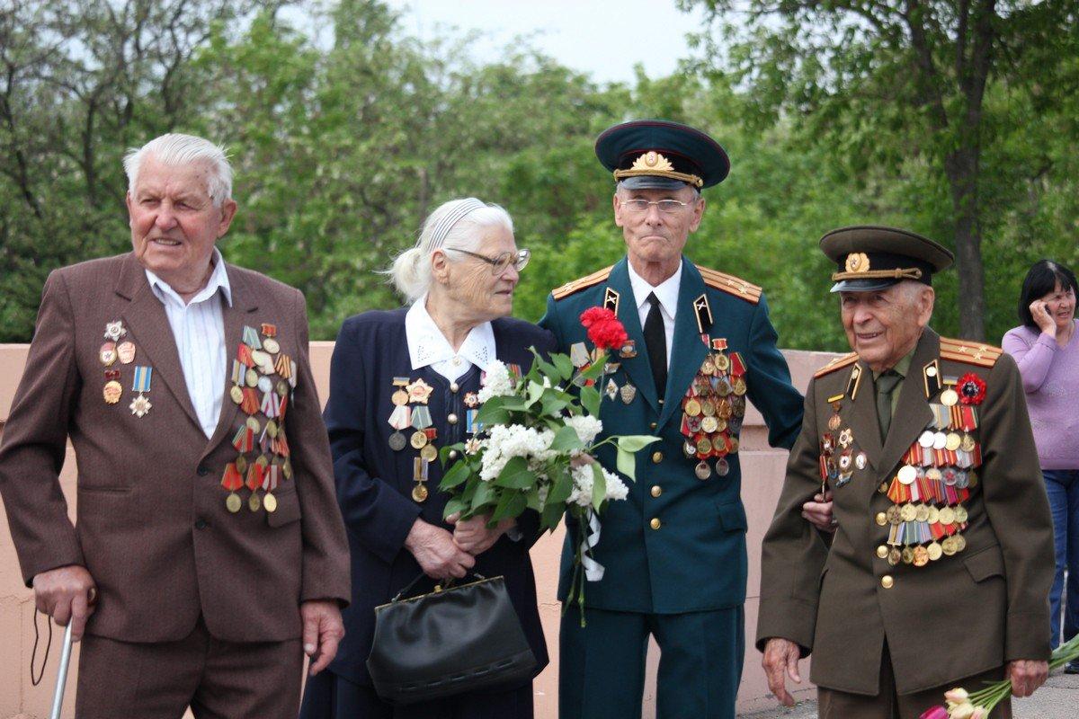 В 9:00 ветераны собрались около горсовета Никополя