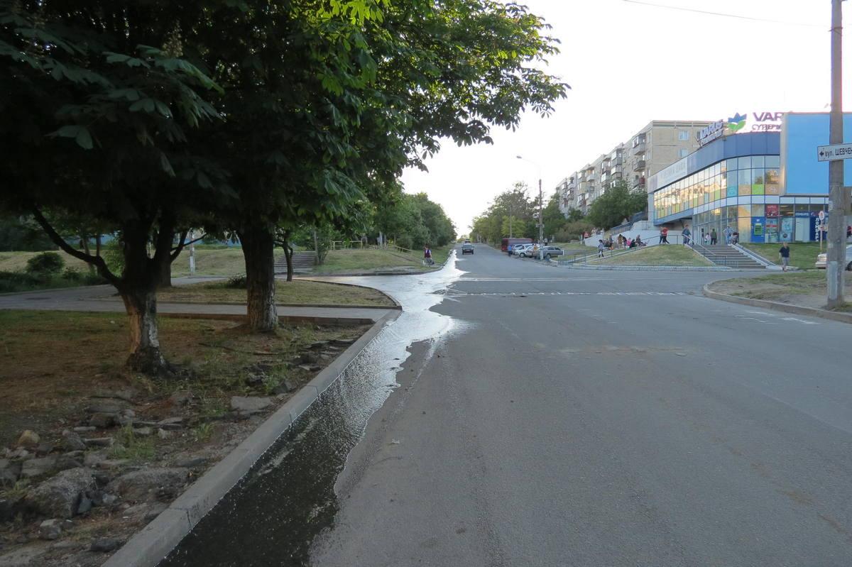 В Никополе сбрасывают воду