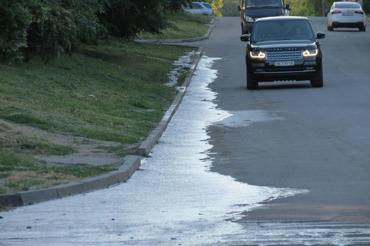 Вода стекает по проезжей части