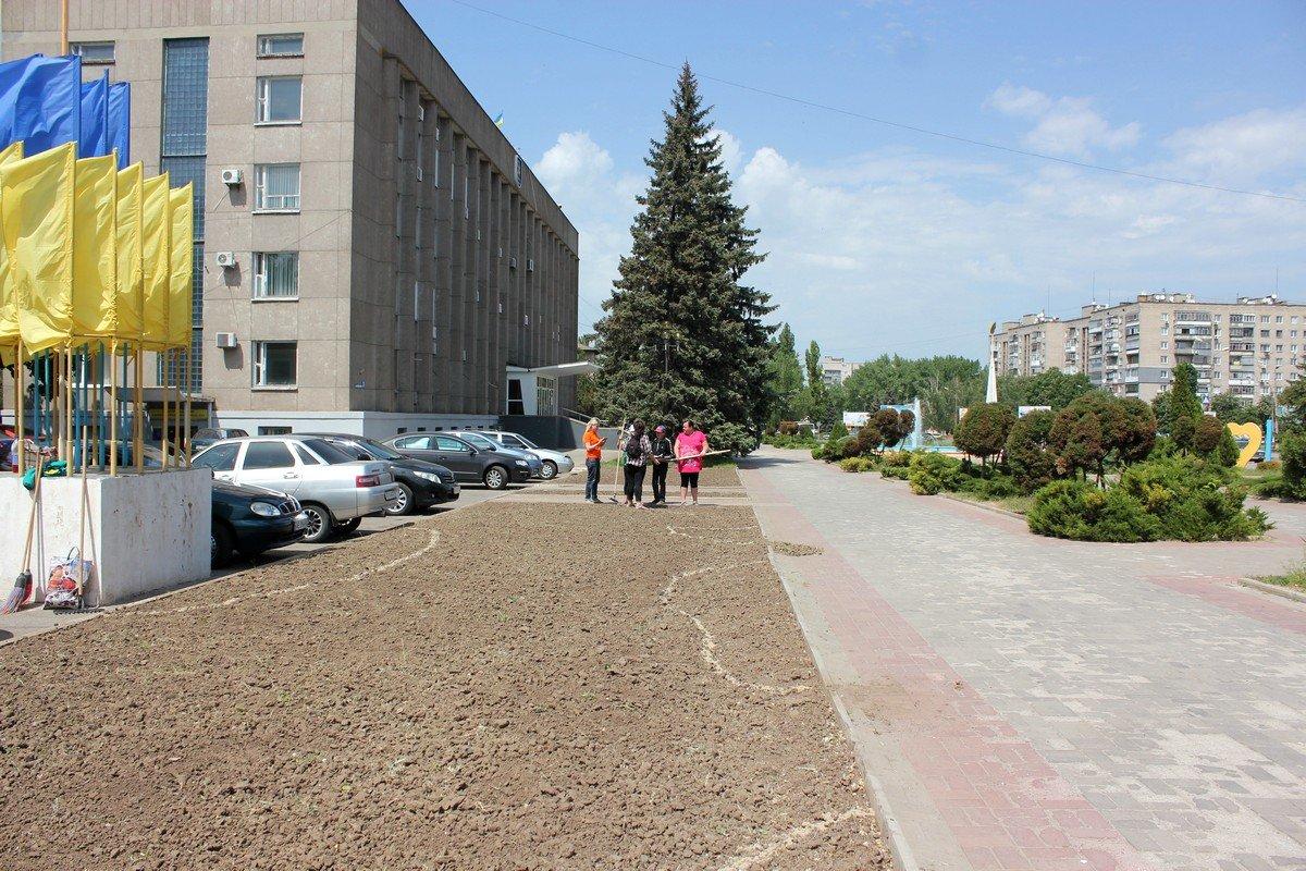 Готовят почву для озеленения клумб