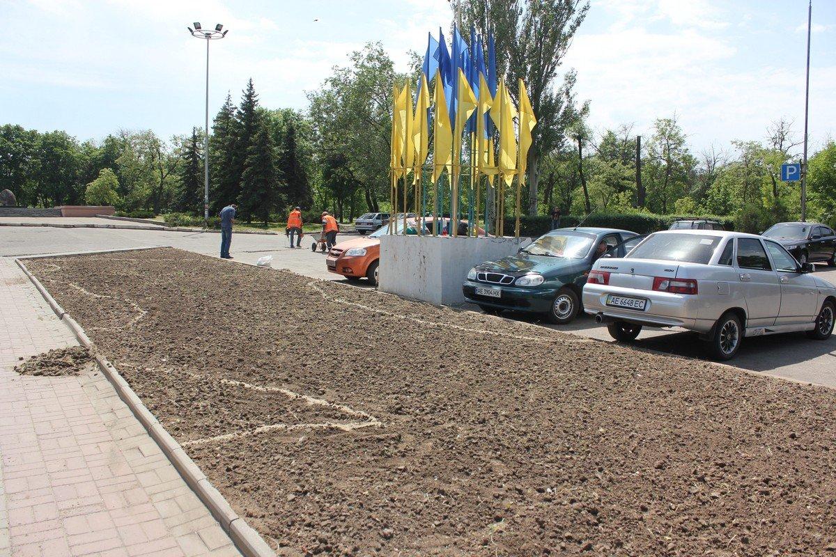 Облагораживают территорию возле городского совета Никополя