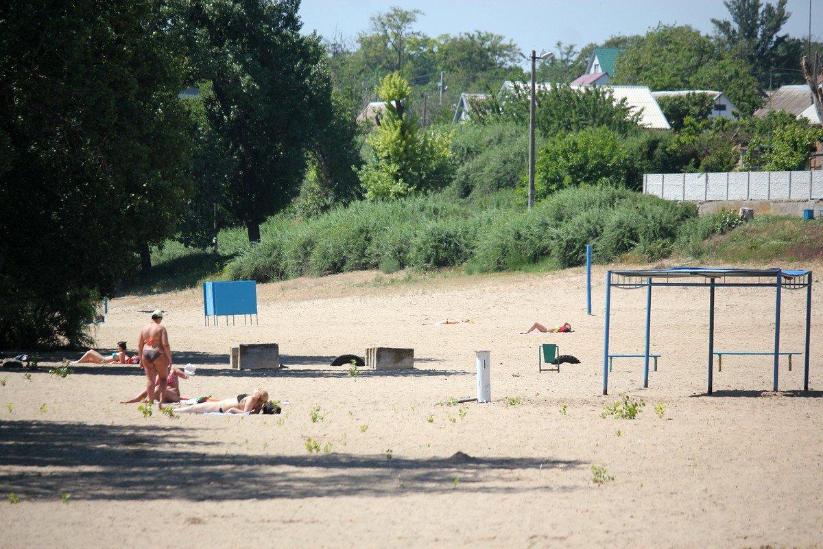 На городском пляже нехватка урн