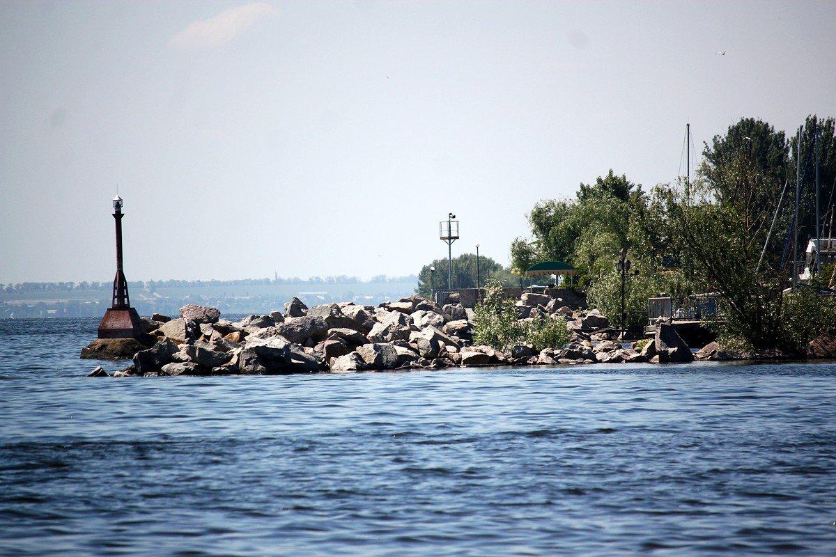 Вид с пляжа на яхт-клуб