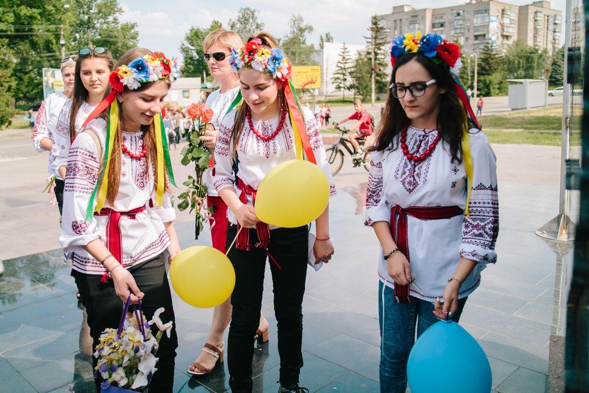 Школьницы возложили цветы к памятнику Героям Украины