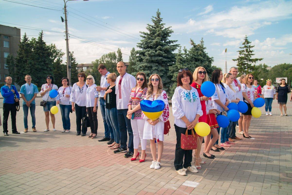 """Участники праздничного шествия создали """"Живую карту Украины"""""""