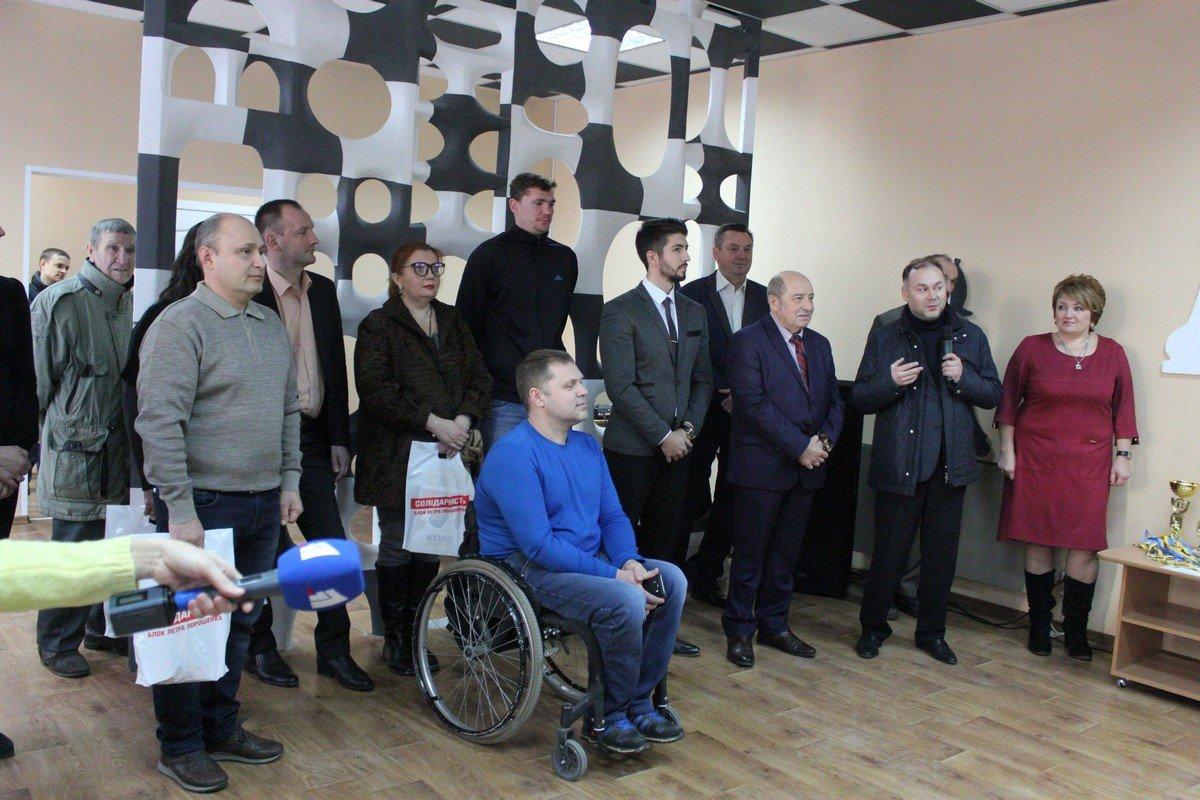 Антон Серов во время открытия клуба
