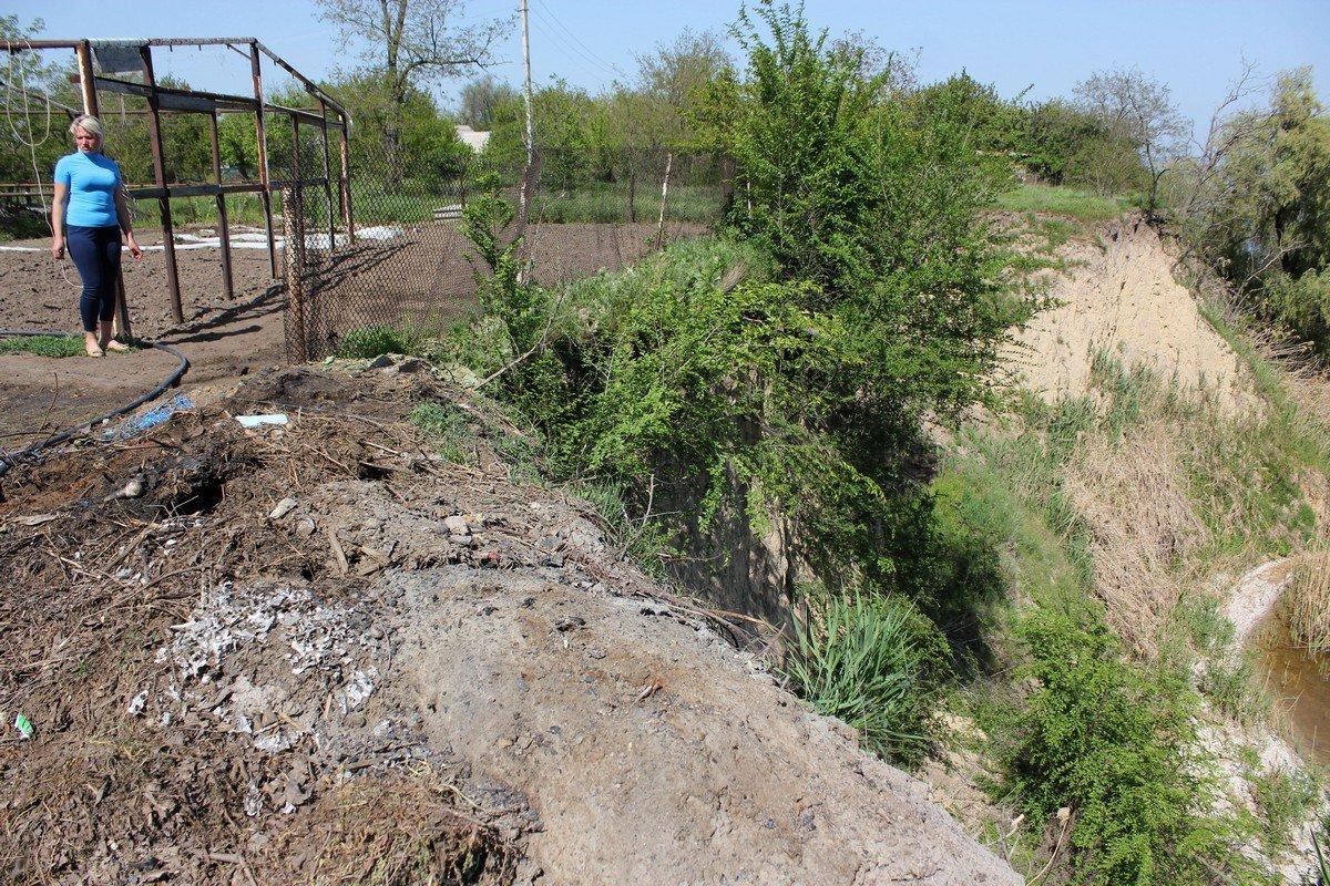 Граница между огородом и обрывом невелика