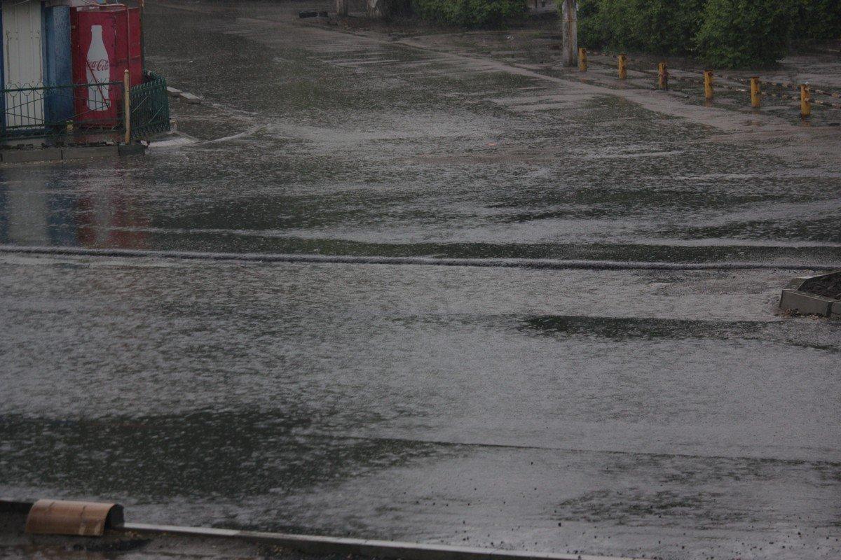 Отремонтированная улица Электрометаллургов залита водой