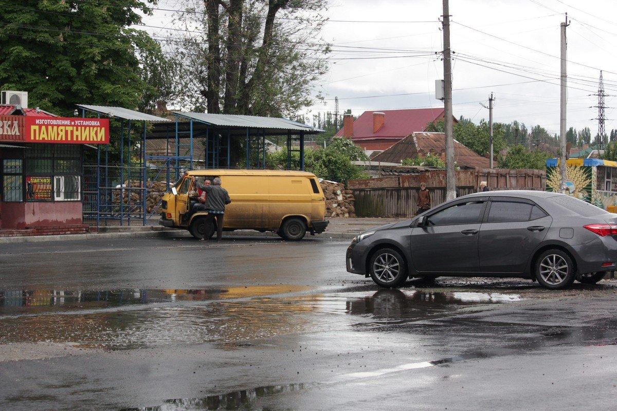 Обещали, что асфальт уложат так, чтобы вода не стояла на дороге.