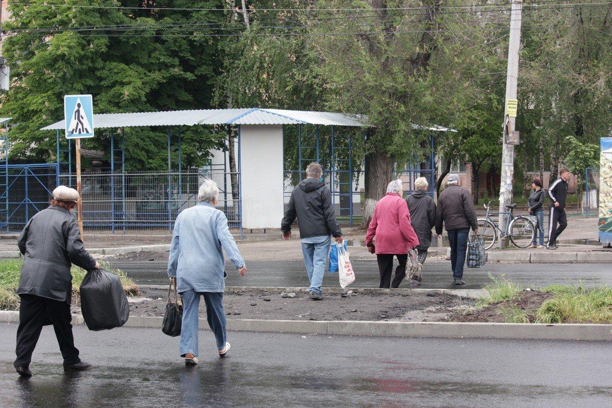 Пешеходы торопятся успеть, чтобы не попасть под ливень