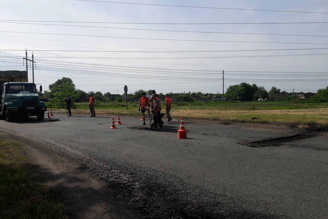 Работники вырезают асфальт на аварийных участках дороги