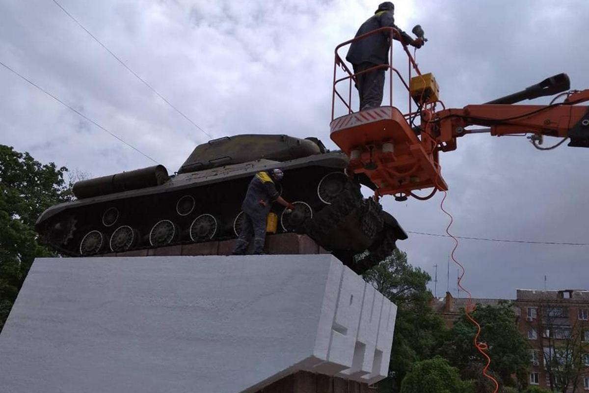 Коммунальщики красят танк на площади Независимости
