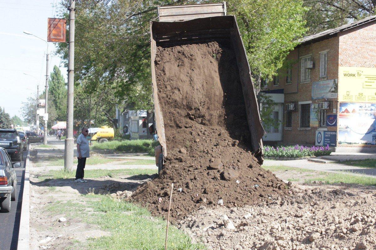 На Электрометаллургов выравнивают рельеф почвы