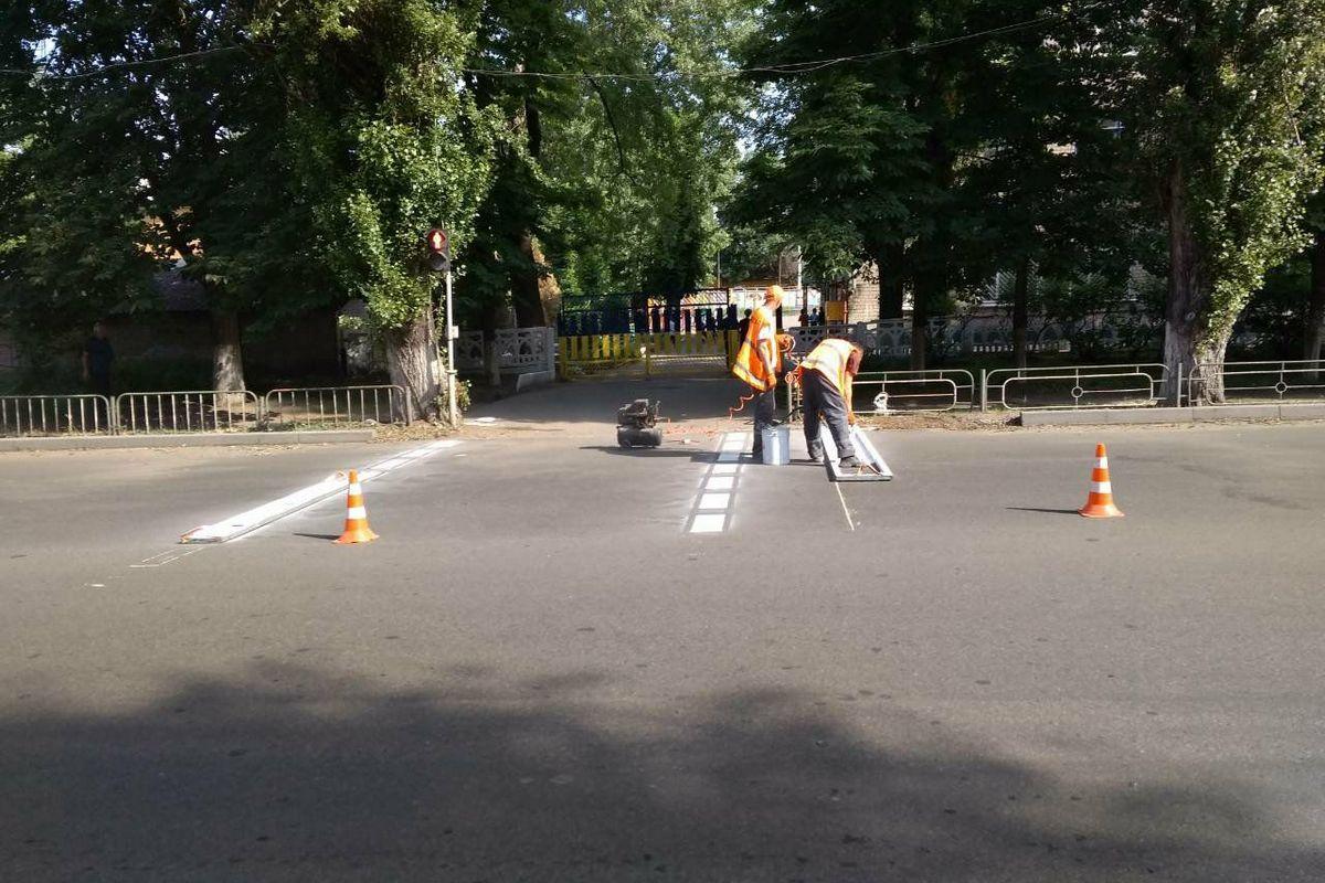 """В ближайшее время """"зебры"""" обновят возле школы №7 и №13"""