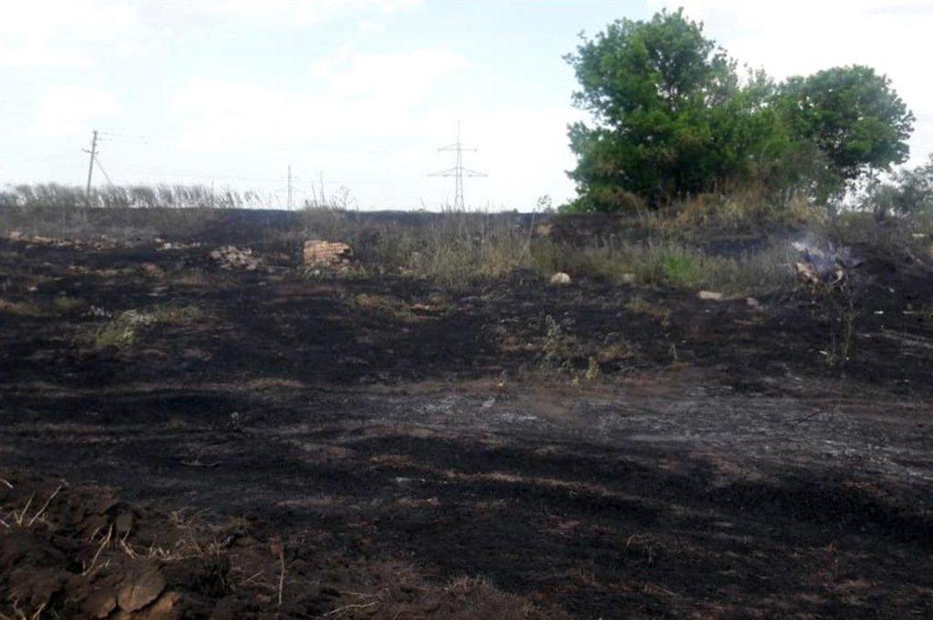 Возгорание началось с сухой травы на открытой территории