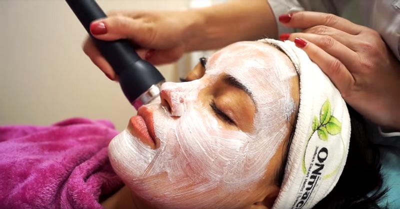 С помощью специального аппарата косметическая маска проникает в кожу лица