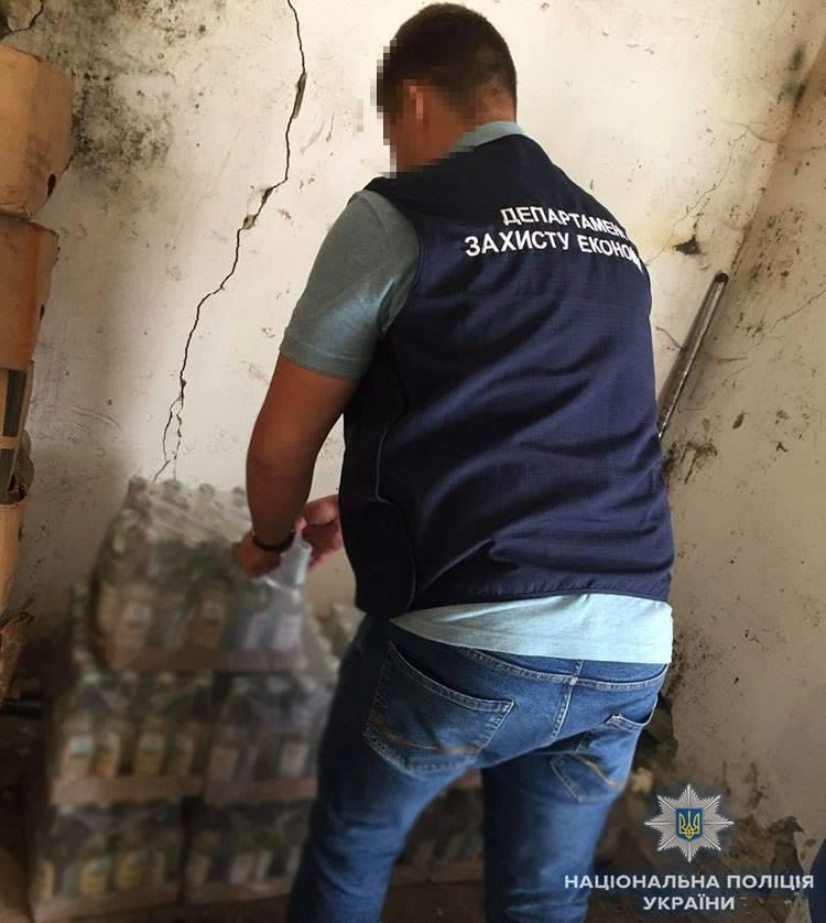 Правоохранители изъяли более 250 бутылок фальсифицированного алкоголя с акцизными марками
