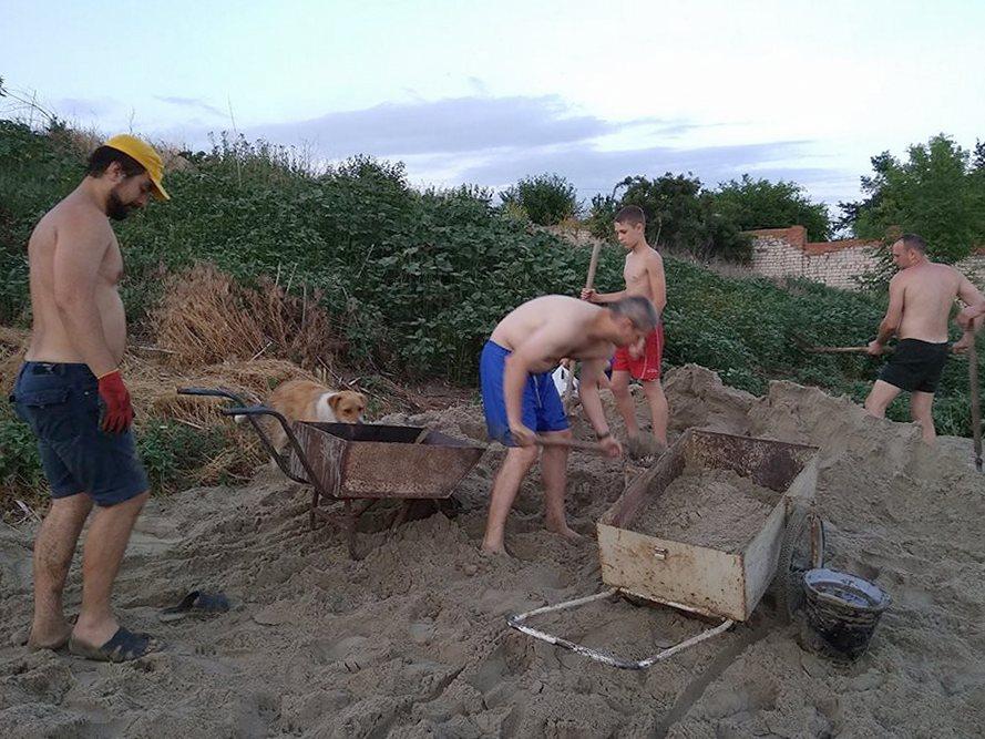 Песчаный пляж оборудовали жители 3-го участка в районе насосной станции