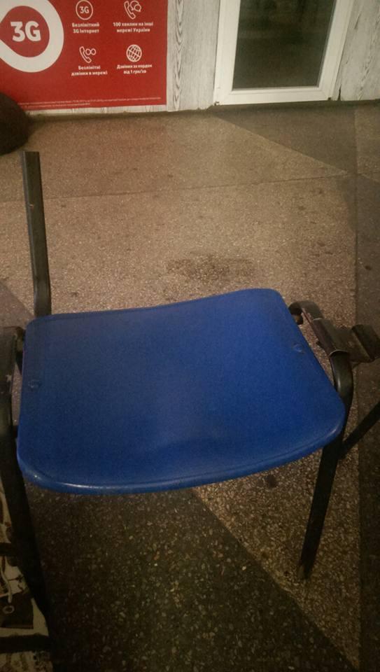 Поломанные стулья встречают пассажиров