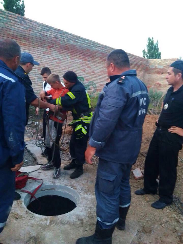 Спасатели вытащили мальчика из колодца с помощью веревки