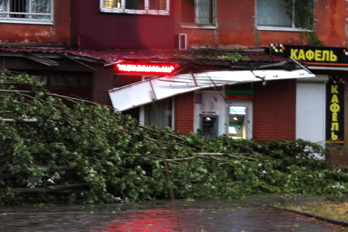 На улице Некрасова упала вывеска
