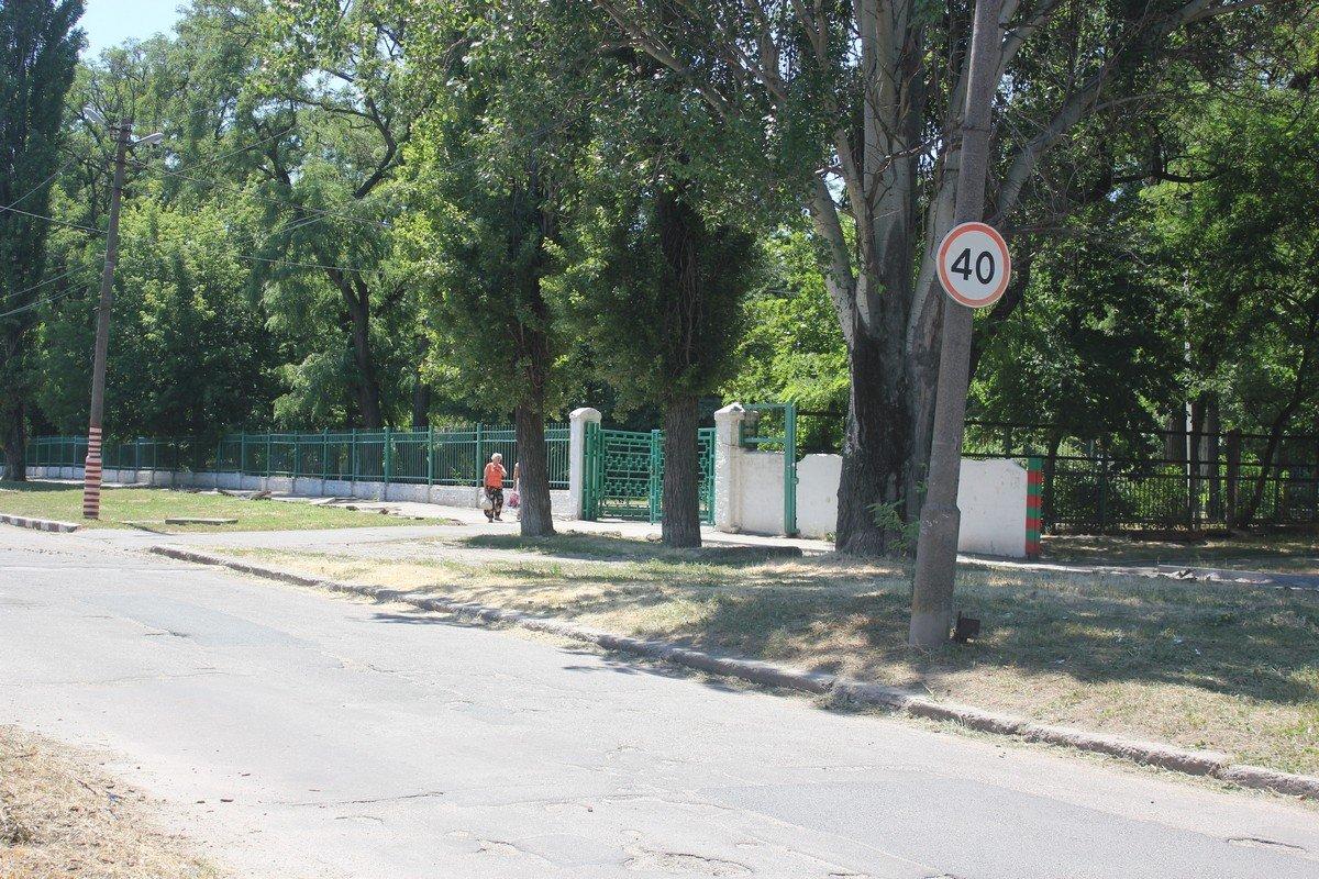 В школу № 25 можно попасть с центральной дороги и с улицы Героев Чернобыля