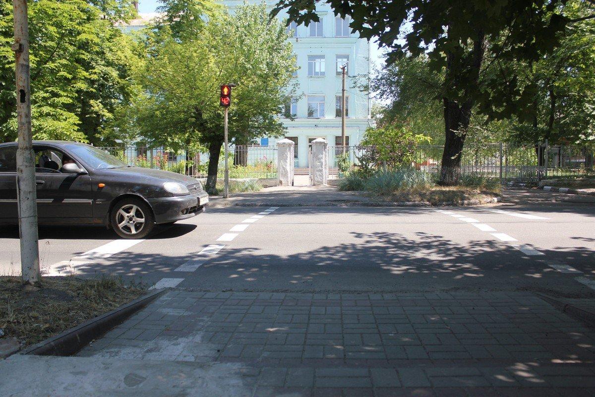 На светофоре поломана пешеходная кнопка